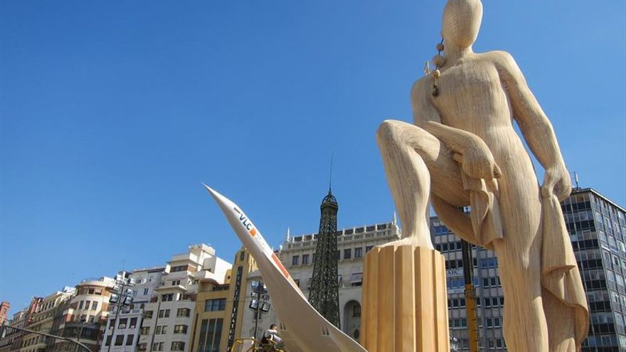 El monumento de la Plaza del Ayuuntamiento 'Fallas en el mundo', obra de Manolo García