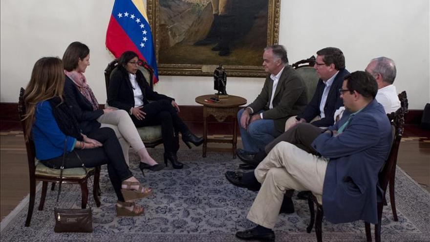 La canciller venezolana recibe a González Pons y a eurodiputados españoles del PP
