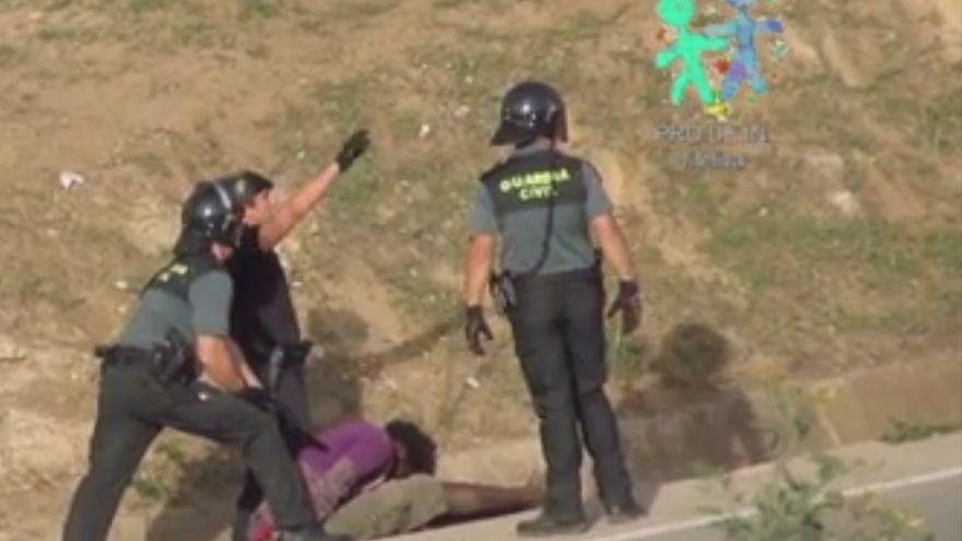 Captura de un vídeo de Prodein que demuestra la devolución ilegal de un inmigrante inconsciente después de ser golpeado por la Guardia Civil.