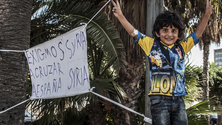 Los sirios encerrados en Melilla exigen salir hacia el continente europeo. / Blasco de Avellaneda-