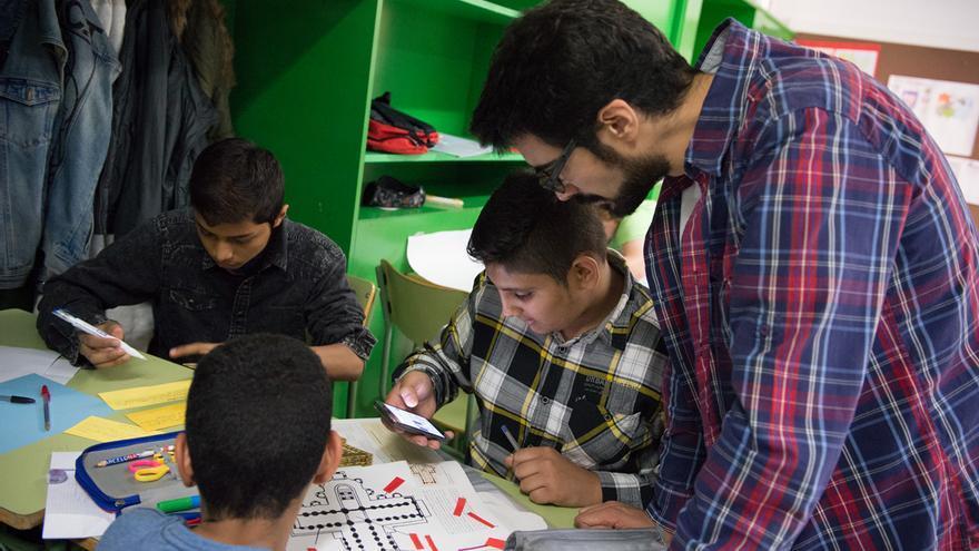 El profesor de historia Nacho Maté ayuda a sus alumnos a dibujar el pantocrátor. / SANDRA LÁZARO