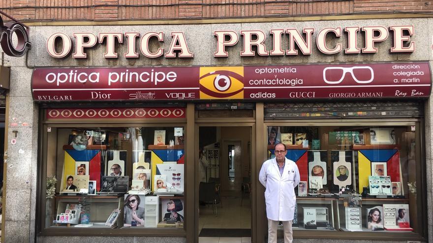 Jacinto Fernández, dueño de la Óptica Príncipe y comerciante en la calle desde 1973.