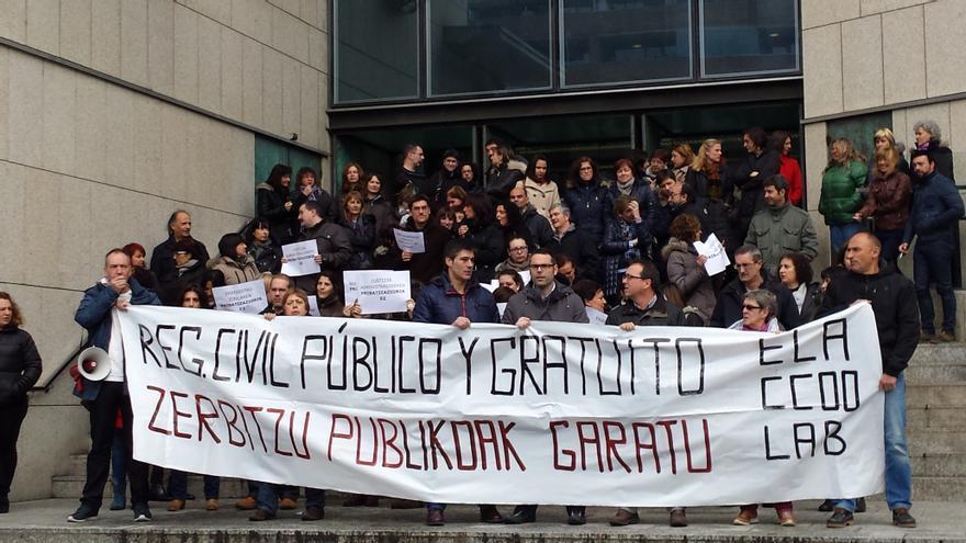 Trabajadores de la administración de justicia se concentran ante los juzgados de San Sebastián