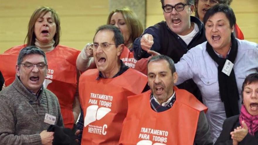 Protesta de pacientes de hepatitis en el Parlamento de Galicia