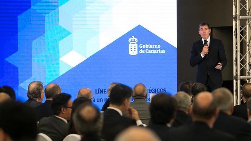 """El presidente del Gobierno de Canarias, Fernando Clavijo, durante su intervención en los desayunos informativos que organizan los diarios 'La Provincia"""" y 'La Opinión'. EFE/Quique Curbelo"""