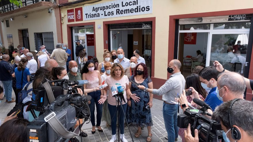 La candidata a las primarias del PSOE-A, Susana Díaz, atiende a los medios tras depositar su voto de las primarias de su partido en las que se elegirá al próximo candidato a la presidencia de la Junta de Andalucía. EFE/Pepo Herrera
