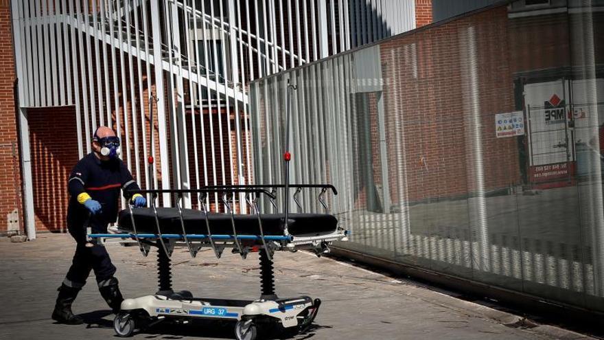 Miembros de DYA Navarra desinfectan EPIs, camillas y ambulancias de Urgencias del Complejo Hospitalario de Navarra, este sábado en Pamplona.