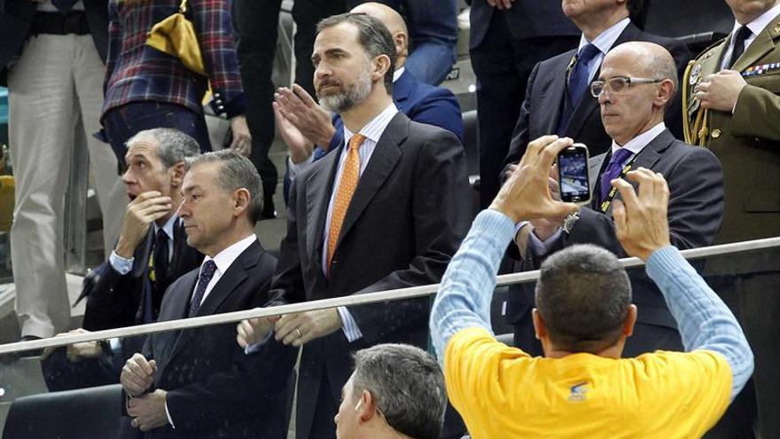 Felipe VI con Paulino Rivero en el palco del Gran Canaria Arena. EFE/Elvira Urquijo A.
