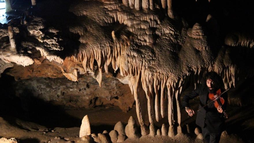 Ara Malikian durante su concierto en la cueva de El Soplao. | ALEJANDRO AJA