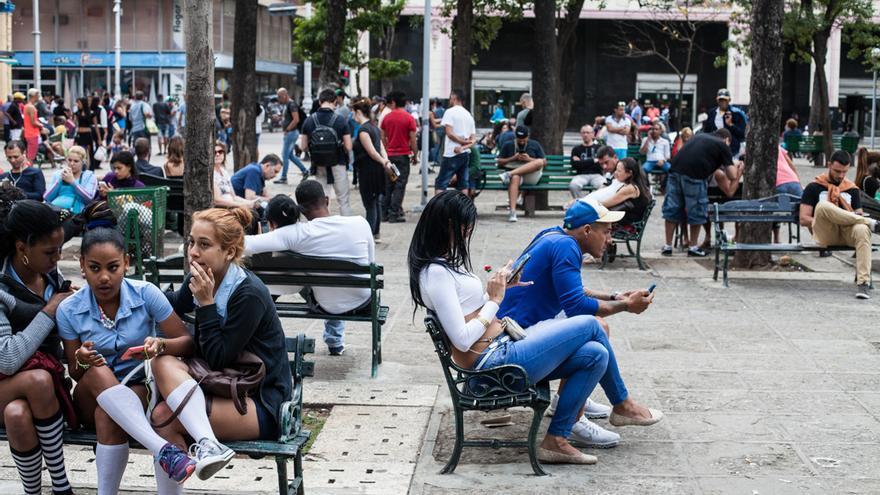 En Cuba, el acceso al Wi-Fi ha cambiado la fisonomía urbana y ha convertido  Internet en un en un intercambio social, sin distinción entre lo público y lo   privado, entre La Habana y Miami, entre lo virtual y lo físico.
