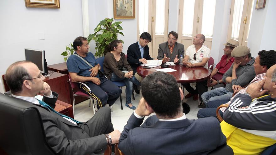 Endesa restablecerá el suministro en Los Almendros tras el compromiso vecinal de hacer contratos en un mes