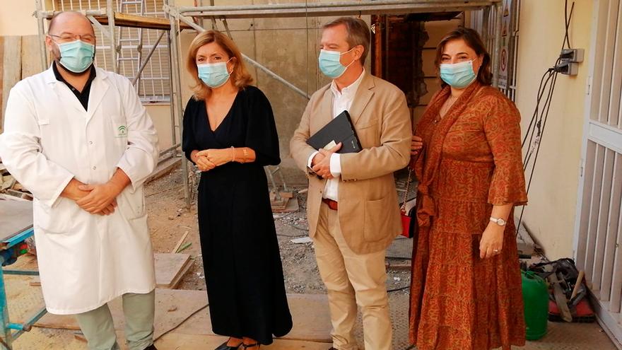 Botella (de negro) visita la obra en el centro de salud de la Fuensanta.