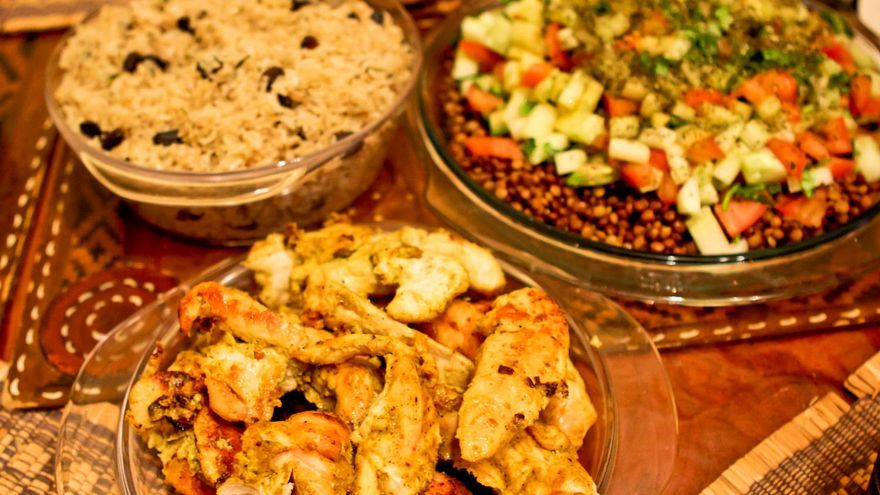 Pollo Tandoori acompañado de arroz aromatizado y ensalada de lentejas. VIAJAR AHORA