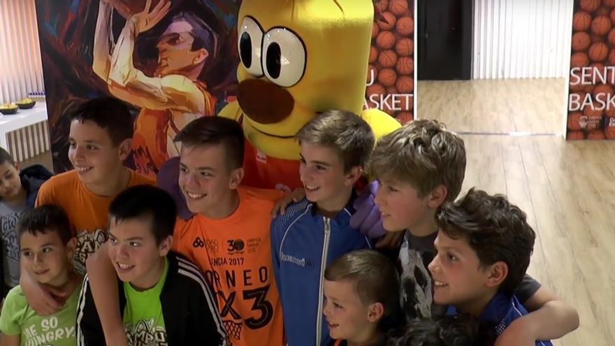 Els participants en el 2º Campus de l'Esforç de València Basket visiten la Fonteta.