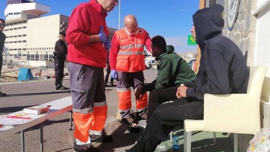 Los inmigrantes llegados a L'Alfas del Pi fueron atendidos por la Cruz Roja.