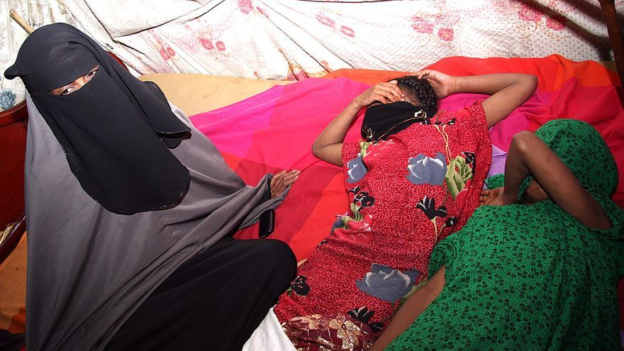 Una madre junto a sus dos hijas recién mutiladas en un barrio de mayoría somalí de Nairobi, en Kenia/ Foto: Jon Cuesta