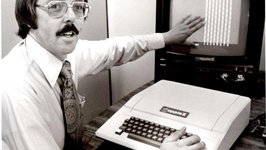 Gene Carter con un Apple II en 1978, cuando ya era el primer gerente de ventas