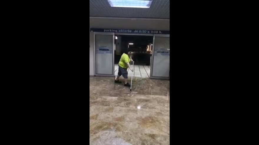 Una limpadora de un Carrefour de Murcia achicando agua