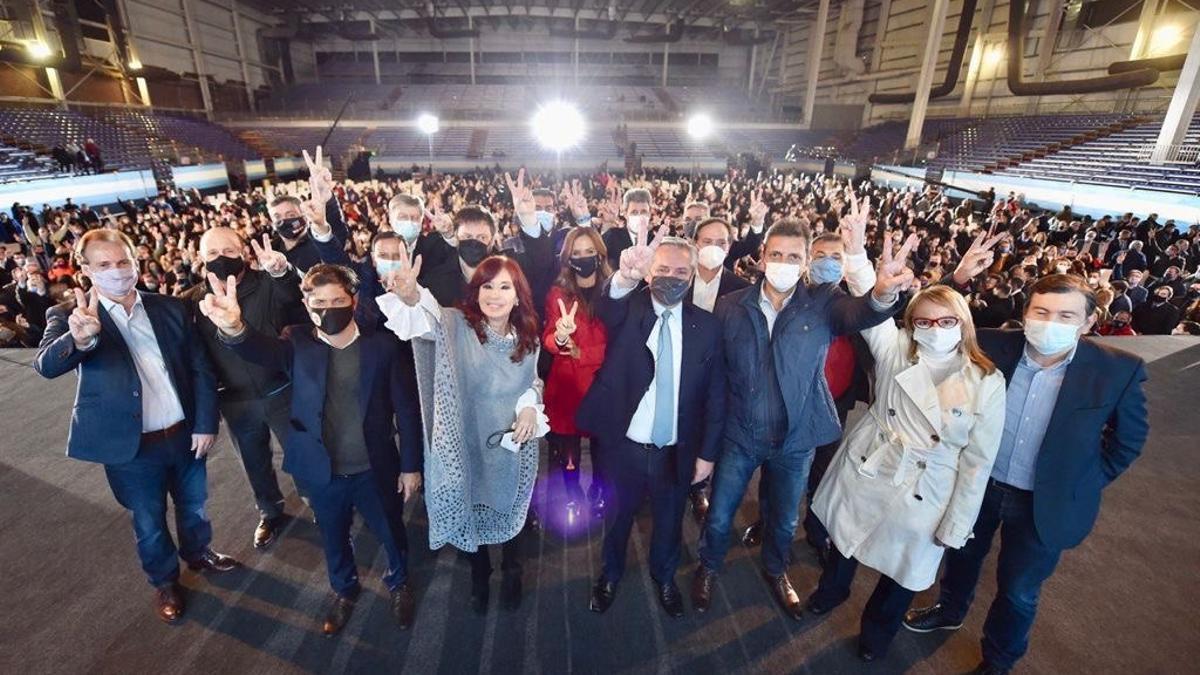 Alberto Fernández y Cristina Kirchner cerraron la campaña con fuertes críticas a los medios y a la oposición