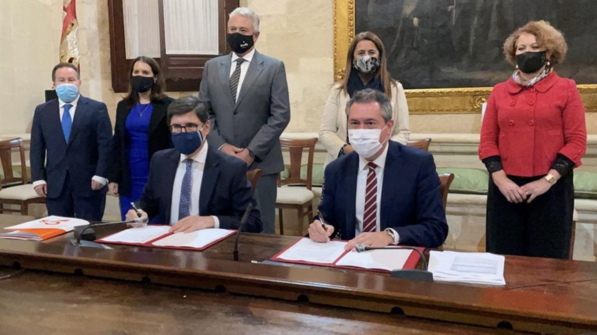 Pimentel y Espadas rubrican el acuerdo presupuestario que dio luz verde a las cuentas de 2021.
