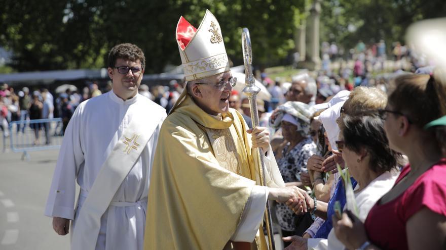 Carlos Osoro, obispo de Madrid y cardenal, saluda a los asistentes a la fiesta de San Isidro. Cerca de la pradera está la ermita del santo, donde se celebran actos religiosos en honor a San Isidro Labrador