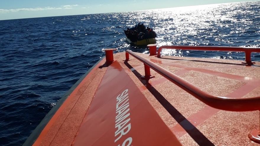 Trasladan a Málaga a 163 personas rescatadas de tres pateras en el mar de Alborán