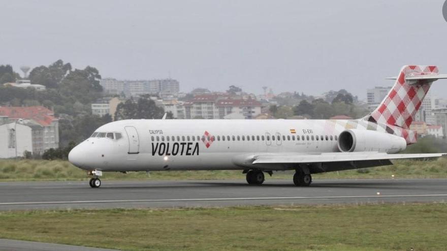 Avión de Volotea en el aeropuerto Seve Ballesteros-Santander