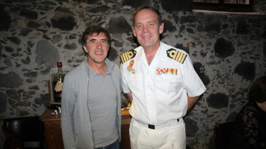 Perico Delgado (i) y el comandante Gilabert este martes en Casa Osmunda. Foto: JOSÉ AYUT.