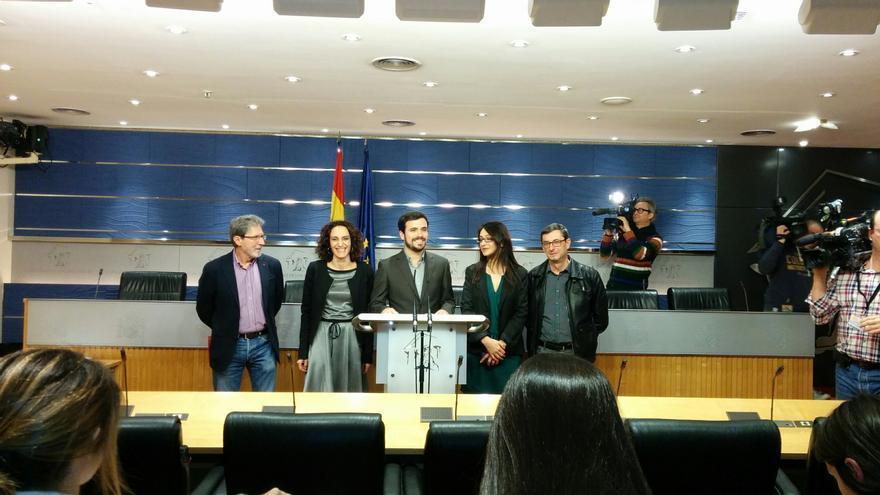 Alberto Garzón, con el equipo negociador de IU-UP en el Congreso de los Diputados