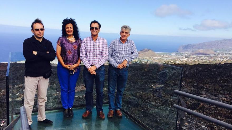 En la imagen, la consejera insuar de Medio Ambiente, junto con tres técnicos, en una plataforma habilitada en el marco de las obras de acondicionamiento y recuperación medioambiental del Tubo Volcánico 'Cueva de Las Palomas'