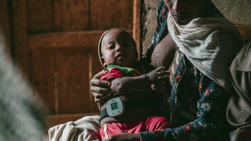 Un bebé, con el dispositivo que cuenta sus respiraciones para diagnosticar la neumonía.