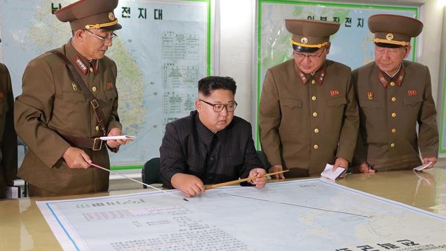 Corea del Norte lanza un misil que sobrevuela Japón y cae en el Pacífico