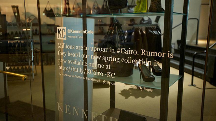 Tuit del diseñador Kenneth Cole aprovechando las revueltas de El Cairo