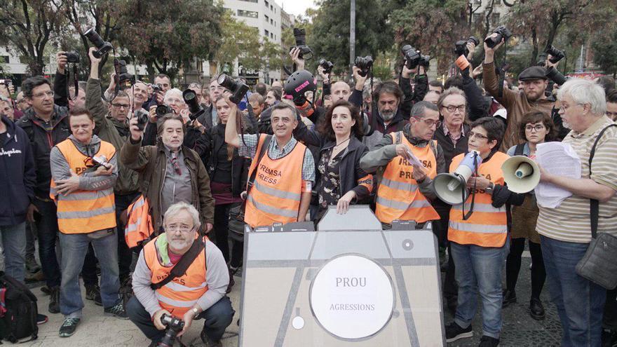 Un grupo de periodistas protesta en Barcelona por las agresiones a la prensa durante las protestas por la sentencia del procés