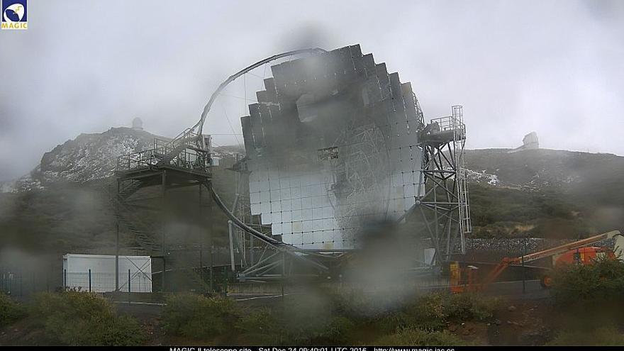 En la imagen,  uno de los telescopios MAGIC, en este sábado, con nieve y  granizo en la zonas altas del Roque de Los Muchachos. Imagen captada del la webcam de los MAGIC.