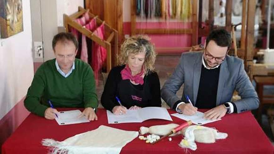 Un momento de la firma de adhesión a Isla Bonita Moda.