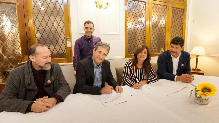 Acto de la firma del patrocinio entre la coordinadora de la Palma Film Comission, María José Manso, y el secretario de la Unión de Actores, Iñaki Guevara.