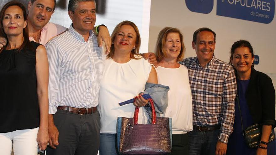 María del Carmen Castellano y Francisco González, junto a otros destacados miembros del PP de Gran Canaria, en un acto de campaña. (ALEJANDRO RAMOS)