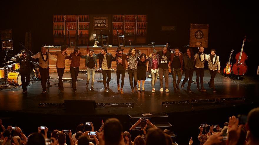 Rulo y La Contrabanda, junto a todos sus invitados, saludan al público tras la actuación. | EL REY LAGARTÓN