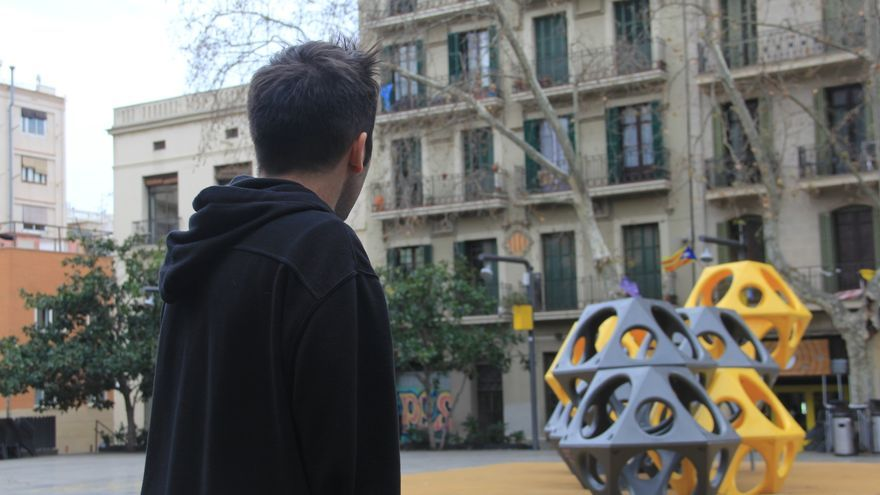 Xavier Buxeda, en la plaza del Sol de Barcelona, donde se aloja con su pareja en casa de unos amigos