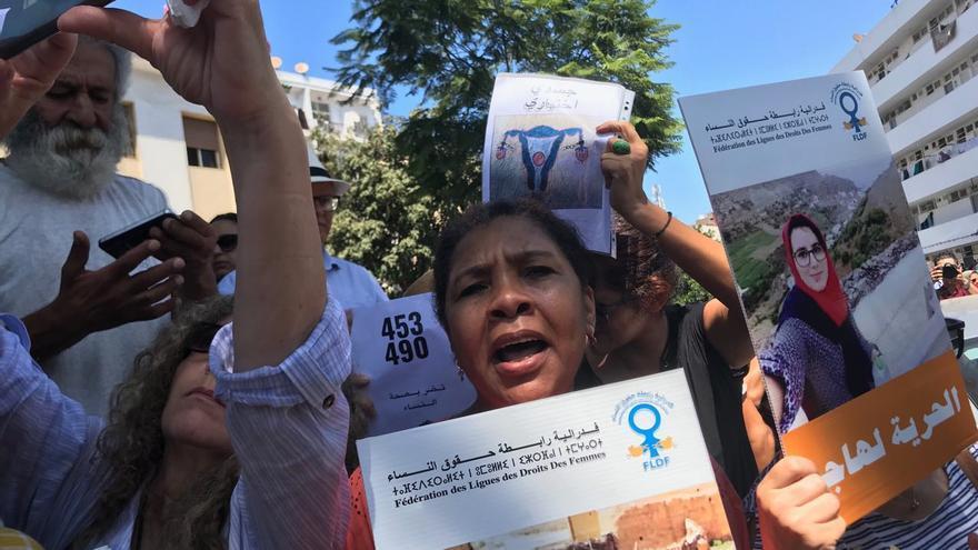 Una de las manifestantes que ha mostrado su apoyo a Hajar Raissouni en Rabat.