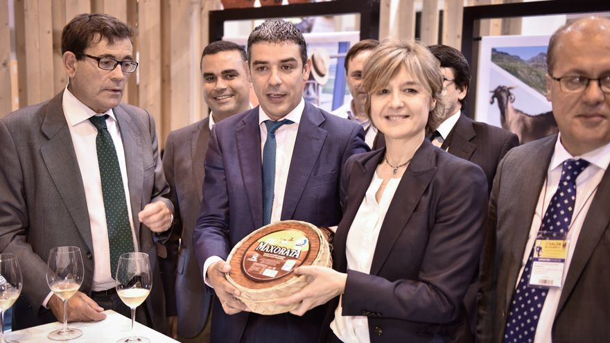 Narvay Quintero y la ministra Isabel García Tejerina, con el queso majorero distinguido