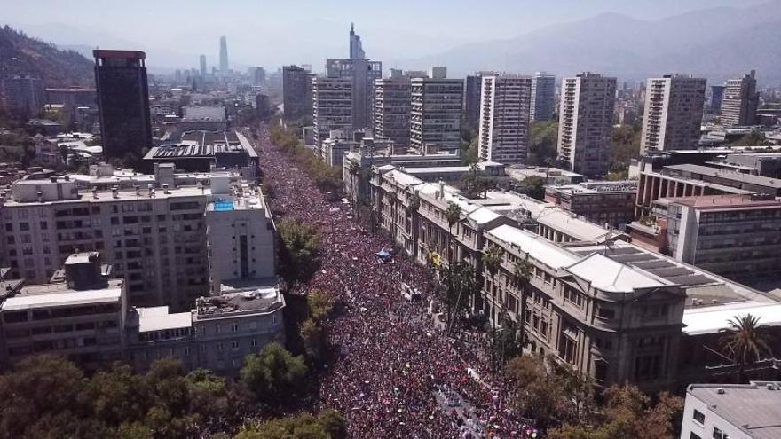 Imagen aérea del centro del Santiago durante la multitudinaria marcha realizada este domingo 8 de marzo con motivo del Día Internacional de la Mujer, en Santiago (Chile).