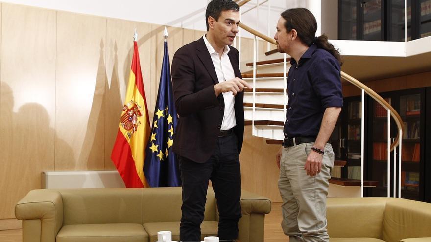 """Pablo Iglesias traslada a Pedro Sánchez su oferta y se emplazan a """"dialogar"""", """"respetando"""" las estrategias de cada uno"""
