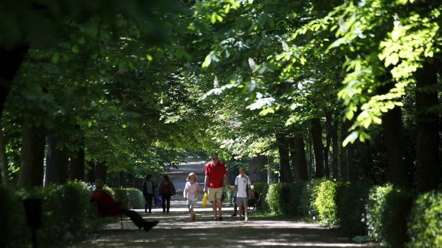 Una familia pasea por un parque.
