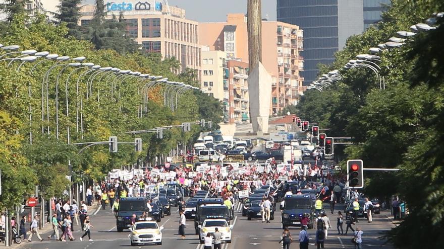 Conductores y coches de VTC marchan por la Castellana de Madrid en contra del Decreto de Fomento