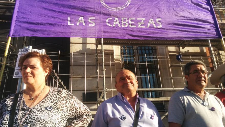 Manuel (en el medio) ha salido a las 10 de la mañana para asistir a la concentación en Madrid