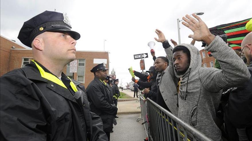 Juez confirma los cargos contra los policías por la muerte de un joven negro en Baltimore