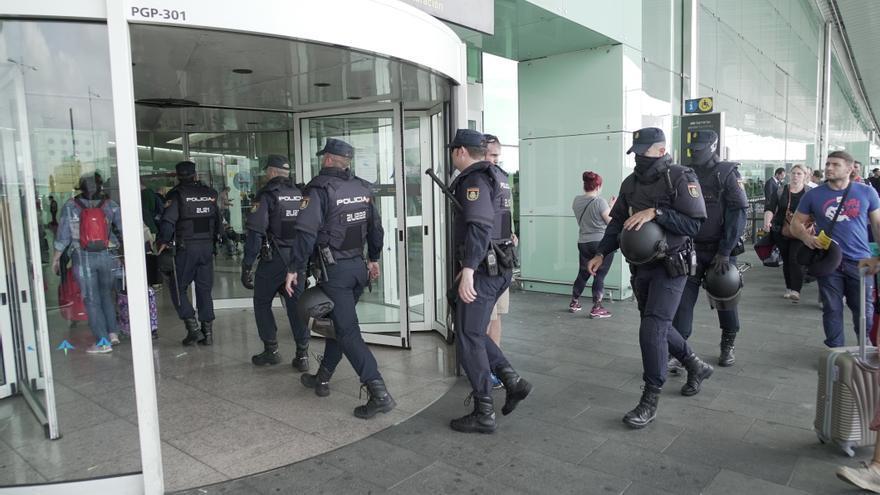 La Policía Nacional, preparándose al mediodía para recibir la protesta independentista