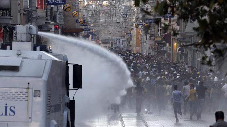 Un camión de chorros de agua dispersa una manifestación en Estambul. / Efe